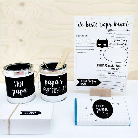 Freeprintable voor vaderdag! #vaderdag #fathersday #freeprintable Verras papa met een persoonlijk cadeaupakket! 1. Laat je kind de 'beste papa-krant' invullen 2. Beplak lege verfblikken en vul ze met bv gereedschap 3. Voeg er evt een cadeautje aan toe en klaar ben je De set bestaat uit een invul-krant (A4), 2 banderollen en 2 inpakpapiertjes. Zelf toe te voegen: (1 of 2 verfblikken, (zelfgemaakte) cadeautjes en eventueel touw).