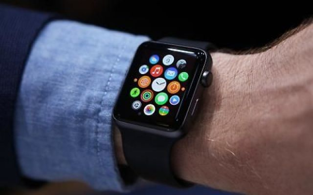 Donne, perchè è meglio evitare un uomo con l'Apple Watch Sappiamo benissimo quanto sia antipatico,  a cena, al cinema o al bar, quando il fidanzato controlla il telefono ogni mezz'ora, palpeggia il touchscreen, risponde a messaggi, telefonate, chat, ignora #applewatch #donne