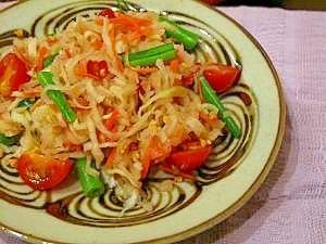 楽天が運営する楽天レシピ。ユーザーさんが投稿した「タイ料理の定番を!切干大根でソムタム・タイ」のレシピページです。タイ料理の定番、青パパイヤのサラダ「ソムタム」を切干大根で代用してみました。干しエビとピーナッツがポイントのバンコク式の味付けです。。ソムタム・タイ(青パパイヤのサラダ)。 切干大根(戻す前) ,人参,いんげん,桜エビ,プチトマト,ピーナッツ(砕いた物),ニンニク,唐辛子,ナンプラー,レモン果汁