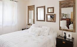 This is how you can combine minimalism and country chic. In addition you can give your rustic bedroom a elegant touch with wooden framed mirrors.  This room is designed by Gavetão- Decoração de Interiores