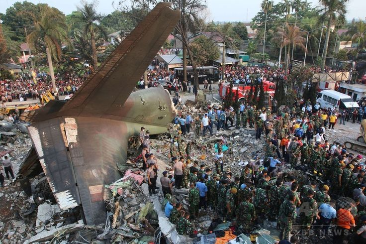 インドネシア・スマトラ島メダンで、空軍輸送機が墜落・炎上した現場で作業にあたる救助隊員ら(2015年6月30日撮影)。(c)AFP/KHARISMA TARIGAN ▼1Jul2015AFP|インドネシア軍機墜落、死者141人に http://www.afpbb.com/articles/-/3053313