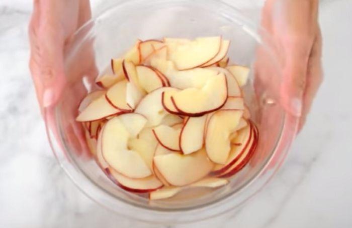 Vizet öntött az almaszeletekre, ami ebből készült mindenkit ámulatba ejtett!-Videó