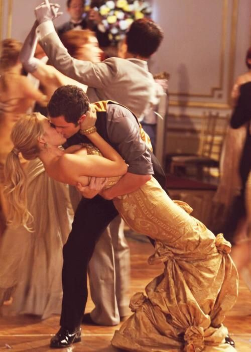 GOSSIP GIRL: Dan scoops Serena for a kiss. Probably one of my favorite moments from the show! :)