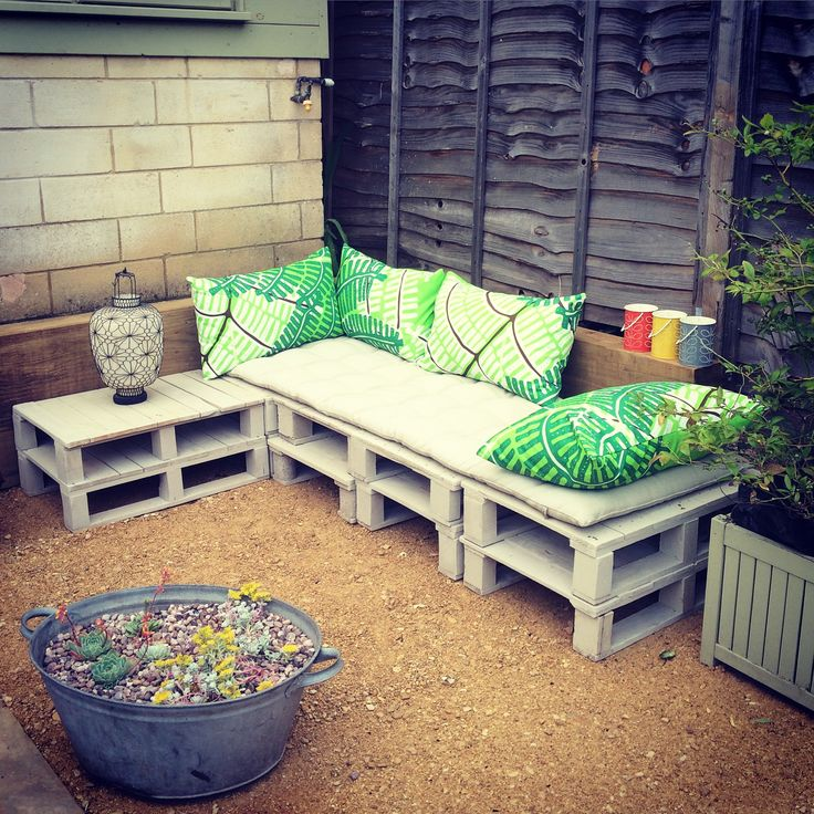 Pallet seating made from small printers pallets