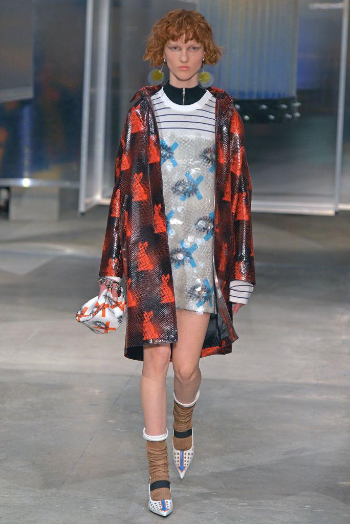 Prada aposta no futurismo retrô no verão 2016 - Vogue | News