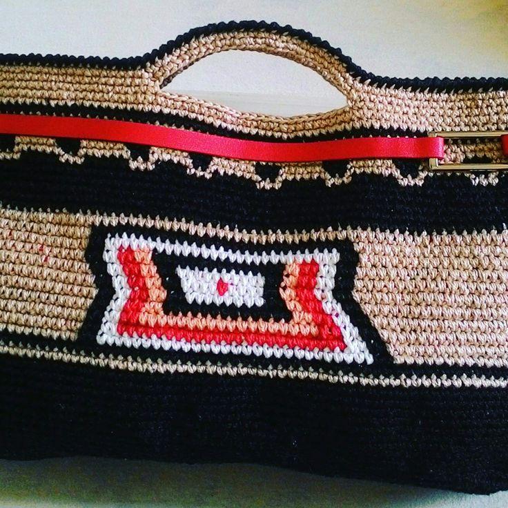Bolsa de crochê com detalhe em couro.
