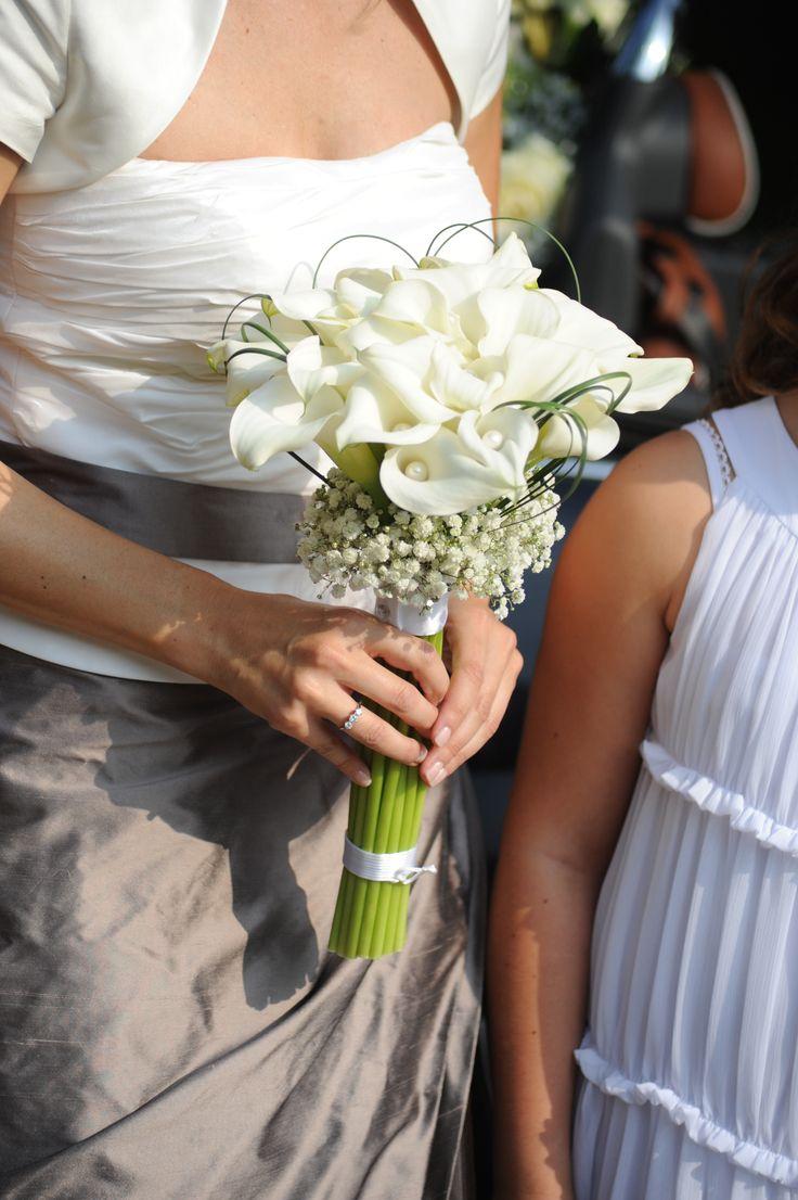 Un modernissimo bouquet di calle bianche con delle piccole perle nascoste. Non è elegantissimo?