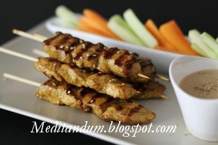 In questo piatto di cucina tailandese, bocconcini di pollo o di manzo vengono infilzati su uno spiedino, grigliati e serviti con una salsa...