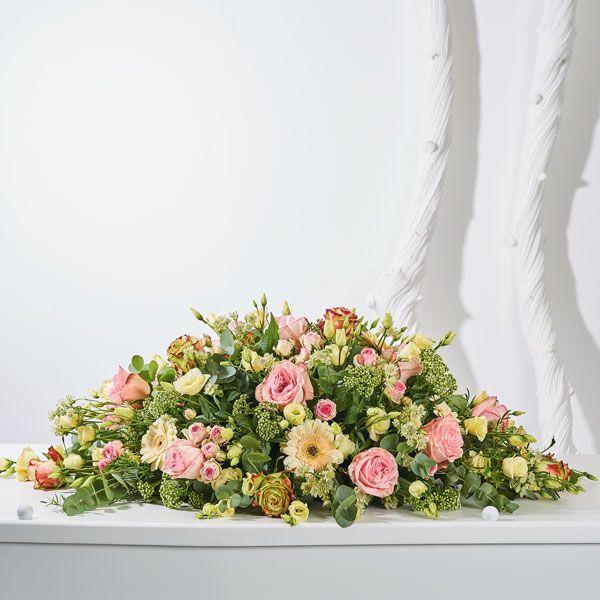 Rouwstuk Zij. Rouwstukken, rouwboeketten en troostboeketten worden over het algemeen gestuurd door mensen, die niet tot de directe familie behoren. Door bloemen te sturen betuigt u op een gepaste manier uw medeleven aan de overledene of directe familie. Gemaakt door Afscheid met Bloemen.