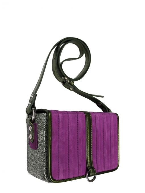 Extremely elegant leather coffer with shoulder belt. The bag is made of italian leather. From the inside it is decorated with quilted satin lining in silver The suspended for a long, adjustable shoulder belt. Stiffen the flap is closed with two magnets. Each original handbag GOSHICO id is in the middle of the tab with our logo. PRICE: 192.81 €  http://goshico.com/en/torebka-boxy-1357.html