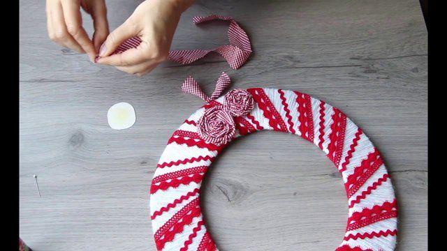 Per fare la struttura della ghirlanda (30 cm circa) ho usato un doppio cartone da imballaggio. Per rivestirla ho usato un gomitolo a 2 capi di lana bianca e 4 fili di seta.  Per questo lavoro va bene qualsiasi tipo di filato: nastrini di raso, cotone, lana, seta ... singoli o uniti assieme. Per decorarla ho usato 2 pizzi rossi: un macramè e una serpentina di cotone. Ho tagliato delle strisce di stoffa a quadretti (2 x 40cm) e arrotolandoli li ho incollati su un dischetto di cartoncino, ...