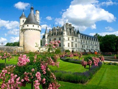 Eine märchenhafte Kulisse für alle, die schon mal Burgfräulein spielen wollten: Das Wasserschloss Chenonceau im französischen Loire-Tal ist nach Versailles das am meisten besuchte Schloss Frankreichs und gehört fraglos zu den sehenswertesten Schlössern weltweit.