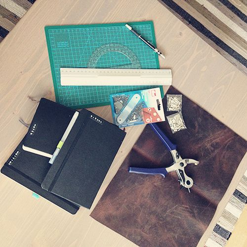 """Mit dem Kauf eines Roter Faden Taschenbegleitershabe ich den sogenannten """"Planerfrieden"""" gefunden. Darin ist alles, was ich so alltäglich brauche – Kalender (Leuchtturm Hardcover, dem ich das Cover genommen habe), Klarsichthüllen mit wichtigen Unterlagen, Notizbuch für kleinere Arbeiten. Durch die Klammern habe ich die Flexibilität, die ich mit dem Filofax immer ein bisschen vermisst habe. A5 bedeutet für mich: Falten, einklammern und fertig. Früher musste ich immer alles doppelt falten und…"""