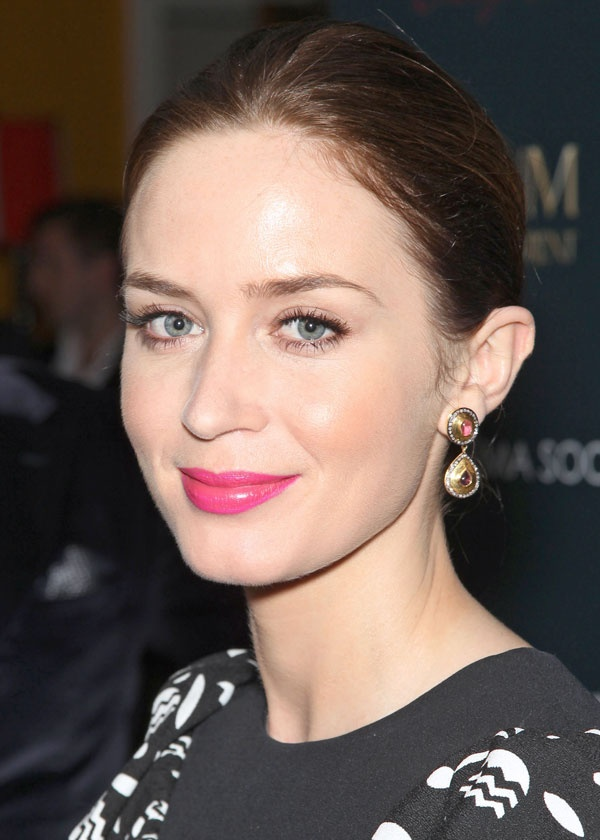 Emily Blunt's pretty-in-pink statement lip / La bouche pop rose shocking d'Emily Blunt