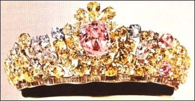 A peça central  é o diamante Noor-ol-Ain, que é o do maiores diamante rosa do mundo. O diamante é fixado em platina, e está rodeado por diamantes cor de rosa, claro e amarelo.    A tiara foi desenhada por Harry Winston para o casamento da Imperatriz Farah com o Xá a última do Irã, Mohammad Reza Shah Pahlavi, em 1958.