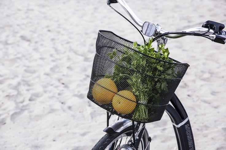 Polkupyörän korissa kulkevat ostokset ja muut tavarat hyvin mukana.