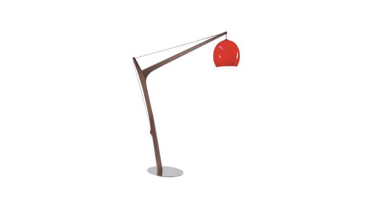 Lampadaire déporté sur pied en noyer, avec base miroir et boule en verre soufflé rouge. Existe dans d'autres coloris.