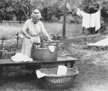 Old fashioned laundry: Farms Country, Homemade Laundry, Wash Day, Vintage Laundry, Wash Machine, Laundry Rooms, Clothing Hanging, Country Life, Hanging Laundry
