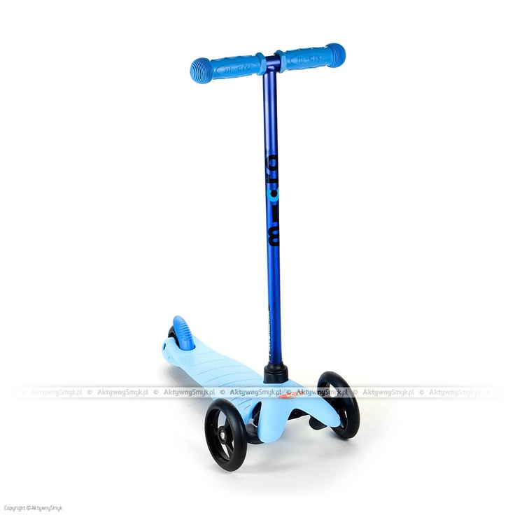 """Cukierkowo-niebieska hulajnoga trójkołowa Mini Micro Sporty z """"wyścigowymi"""" czarnymi kołami to genialny środek lokomocji dla młodego kawalera. Dzięki zamontowaniu dwóch kółek z przodu oraz jednemu z tyłu jest stabilna, a zarazem uczy utrzymania równowagi poprzez sprytny system skrętu kierownicy. Ta genialna hulajnoga przeznaczona jest dla dzieci ważących nie więcej niż 20 kg. Waga tej małej hulajnogi to tylko 1,7 kg!"""