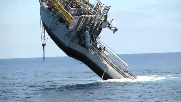 Senkrechtes Schiff | 108m & 700 Tonnen schweres Schiff wird im Meer gedr...