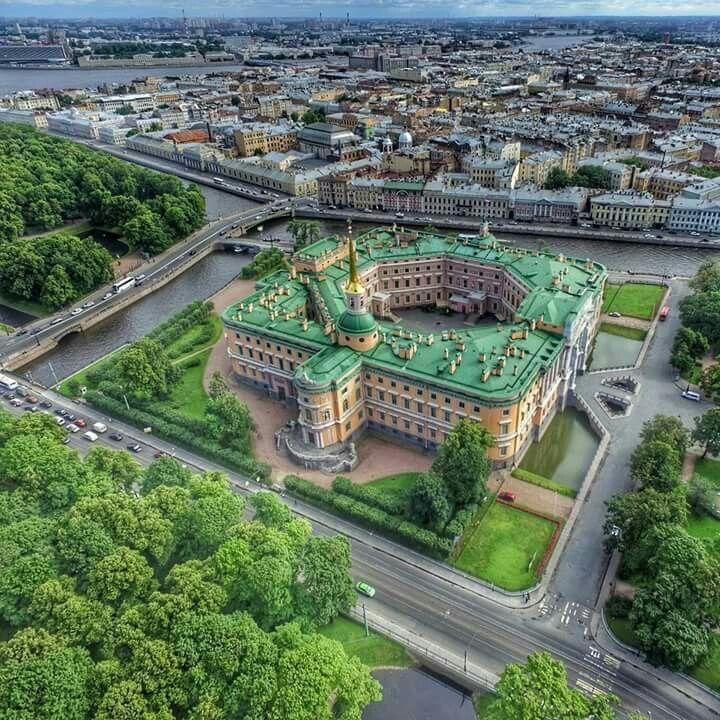 Сказочно красивый Михайловский замок с высоты птичьего полета Санкт-Петербург