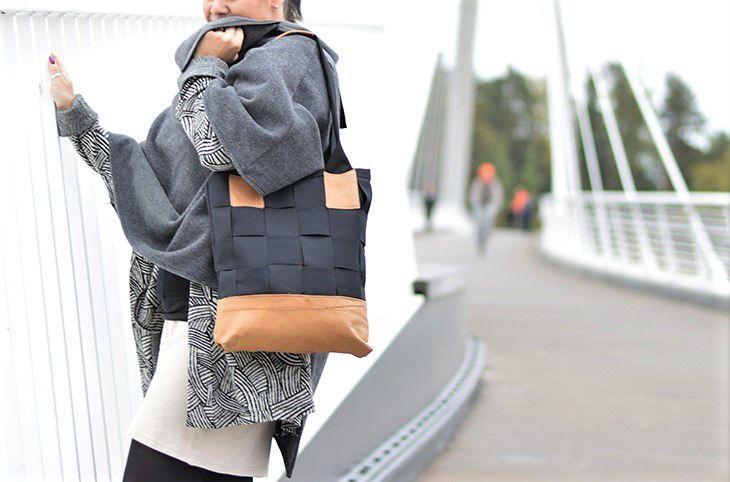 Tässä laukussa on jotain ihanan suomalaista... vähän kuin perinteisissä tuohitöissä.