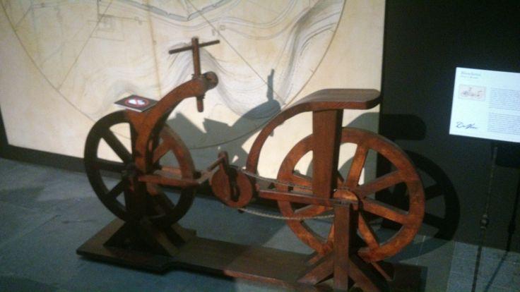 Nog een uitvinding van Leonardo da Vinci. Dit keer een fiets, wat wonderbaarlijk genoeg ook echt werkte.