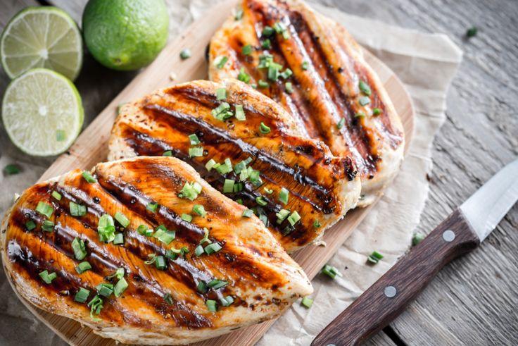 La marinade de cette recette de poitrines de poulet grillées au barbecue est la meilleure au monde! Miam que c'est bon...