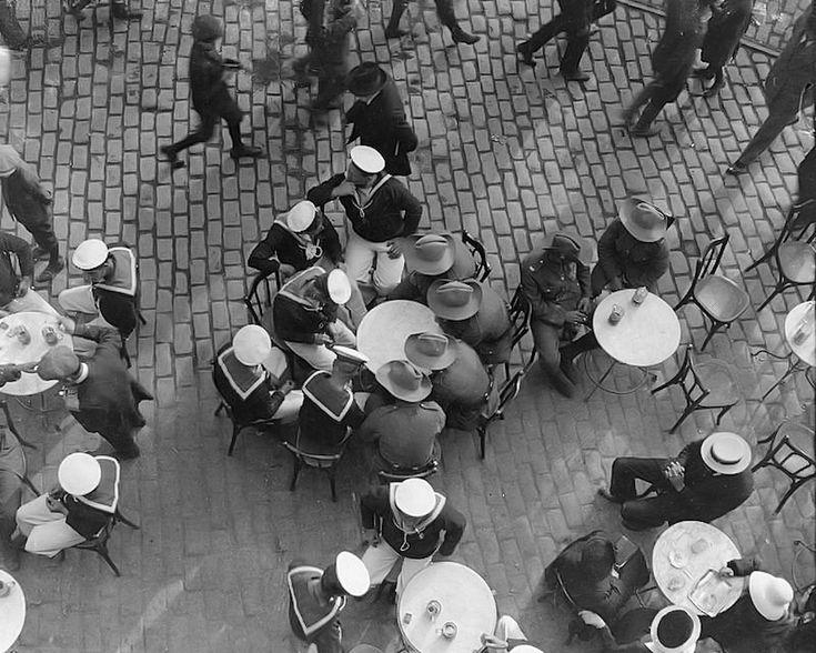 Ναύτες και στρατιώτες σε καφενείο το 1916 (λήψη από πάνω)