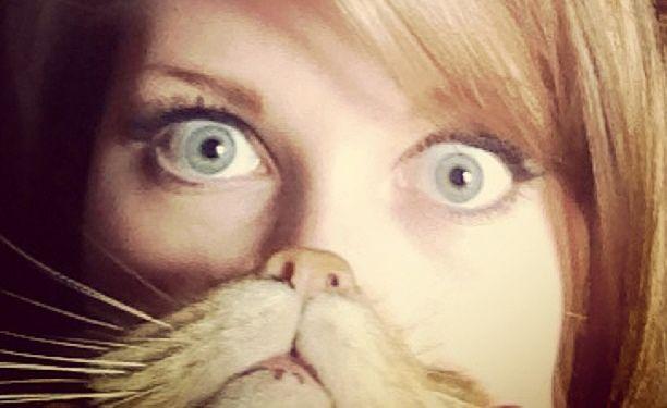 """A moda de se fotografar com uma barba feita pelo seu pet já pegou na internet. Basta colocar seu gato ou cachorro na frente do rosto como se o focinho dele fosse sua boca e nariz. Para aderir ao cat bearding basta entrar no site do projeto e cadastrar sua foto. Confira a seleção feita...<br /><a class=""""more-link"""" href=""""https://catracalivre.com.br/geral/fotografia/indicacao/transforme-seu-animal-de-estimacao-em-barba/"""">Continue lendo »</a>"""