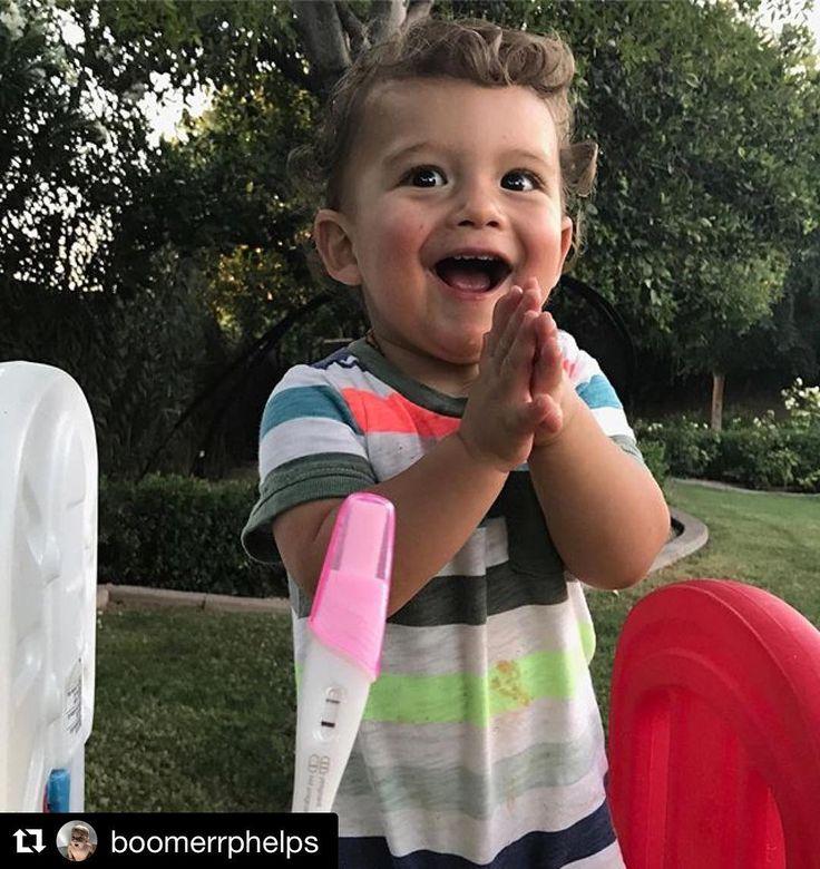 Dicen que una imagen vale más que mil palabras y sin duda es el caso de esta que refleja la emoción de Boomer, el hijo de Michael Phelps, al saber que va a convertirse en hermano mayor. ¡Nos lo comemos! 😍 #michaelphelps #boomerphelps