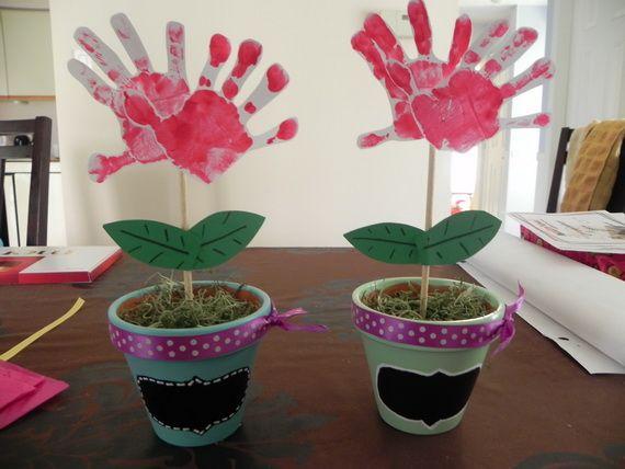Bloempotje beschilderen, aarde met zaadjes en plantensteker van handafdruk erin.