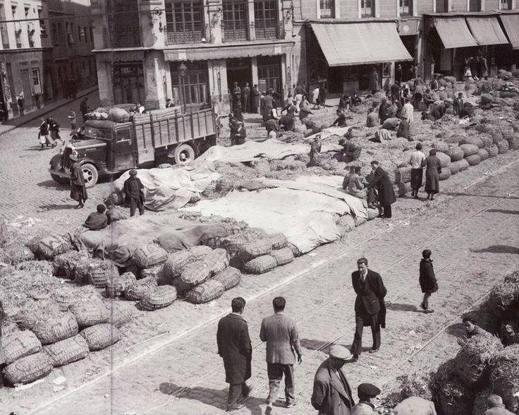 Puestos de venta de alfalfa en la céntrica Plaza de la Cebada. Deliciosa foto de 1933.