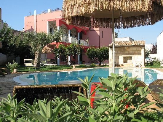 """Il Bed & Breakfast """"La Limesa"""" è situato nel centro storico di Nociglia, in un palazzetto realizzato nei primi del '900 con la locale pietra leccese. Le stanze, che si caratterizzano per le tipiche volte a stella, sono arredate con mobili d'epoca e preziosi drappeggi e con antichi pavimenti colorati. Un rigoglioso giardino e la sua piscina vi consentiranno di trascorrere le vostre vacanze in perfetto relax, in un oasi di pace."""