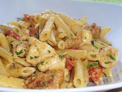Pennes au poulet, à la saucisse italienne grillée et à la crémeuse de tomates séchées au romarin: