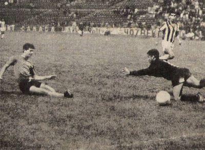 En América Latina, los estadios desempeñan un papel doble: en tiempo de paz son lugares de deportes; en guerra se vuelven campos de concentración. Ryszard Kapuściński