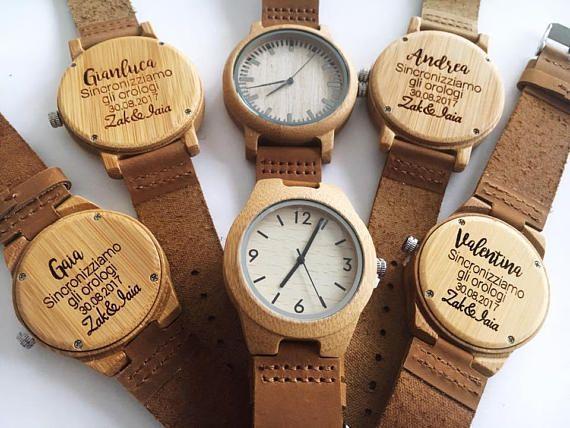 Deze mooie lichtgewicht horloges zijn perfect en kunnen gepersonaliseerd worden met de woorden van uw keuze wat het ideaal maakt voor een verjaardagsgift huwelijksgeschenk, stalknecht of beste man, kerstcadeau, verjaardagscadeau of gewoon om iemand te vertellen die u zorg Specificatie: Zaak materiaal: Hout bamboe Case Diameter: 4.4 cm Dikte kast: 8.5 Band materiaal: Leer De lengte van de band: 21.1cm Movement: Quartz Gesp: gesp Venster kiezen: glas Waterdicht: Nee Stijl: Mens Zaak…