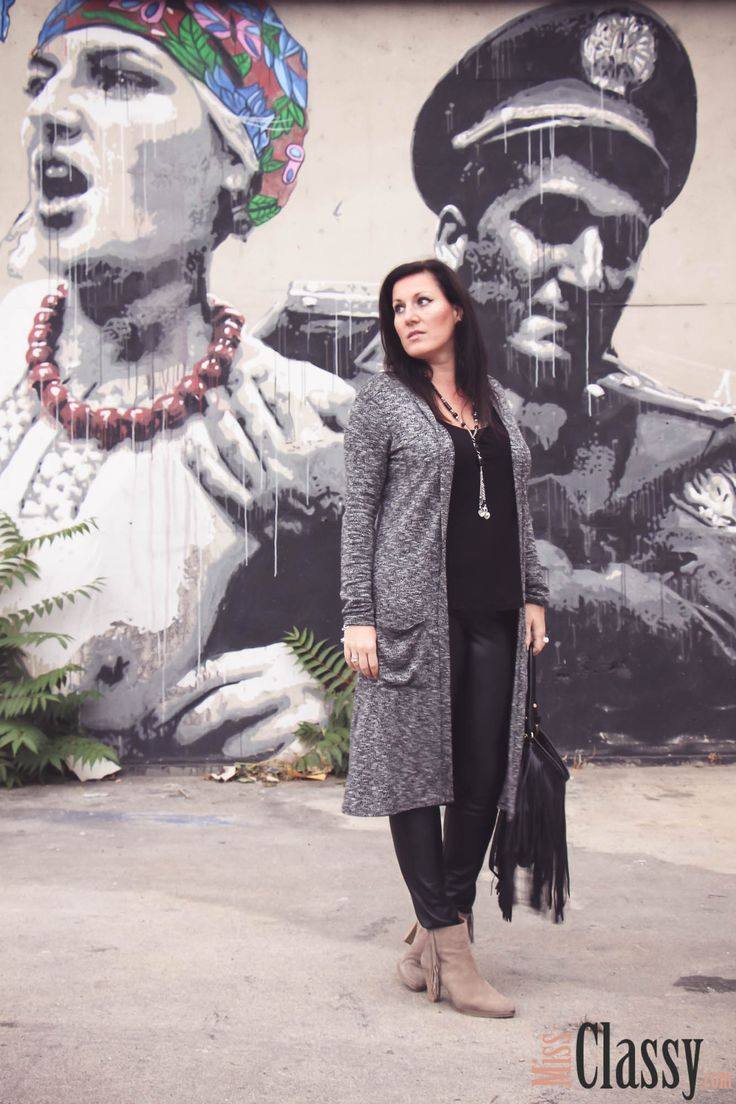 OUTFIT: schwarze Lederhose, grauer Longcardigan und beige Fransenboots - Miss Classy