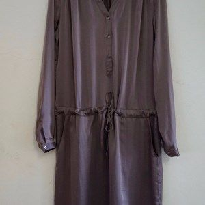 "SUST SILK Luxury Dress, long sleeves, Warm Coffee. Beautiful and exclusive dress with long sleeves and a shiny surface.  Made from 100% silk in ""dead stock"", which means that it's made from residues from other collections."