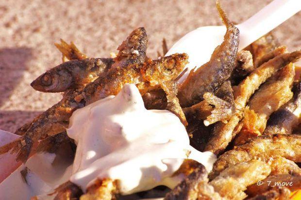 """Une barquette de vendaces frits en Finlande Le vendace est un cousin du saumon (famille des salmonidés), particulièrement abondant dans les lacs et rivières de Finlande. Le """"muikku"""" se déguste entier et frit dans du beurre. Voirl'épingle sur Pinterest/ Via V W"""