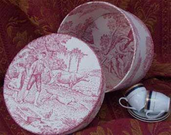 Pandora kárpittal borított Dísz kalapdobozok kézzel készített, egyedi tervezésű segítségével szövet, mint a Moire, selyem, damaszt, műszőrme és kockás.  Ezek a dobozok ideális ajándékok minden alkalomra, beleértve születésnapok és esküvők.  Tárolja kalapok belsejébe, valamint a kiegészítők, ékszerek és emlékei.  Ezek a dekoratív és hasznos kárpittal borított dobozok kapható különböző formájú: szív, kör, téglalap, négyzet, ovális, hatszögletű.