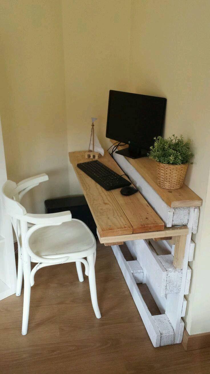 einfacher Schreibtisch aus einer Europalette und Holz