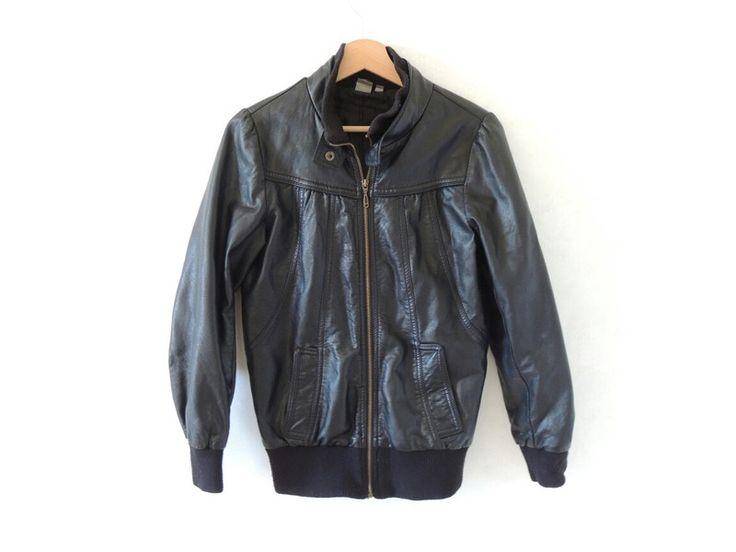 Veste en faux-cuir noir de marque Kiabi. Taille 36 / 8 / S à 10.00 € : http://www.vinted.fr/mode-femmes/vestes-en-cuir/36940013-veste-en-faux-cuir-noir.