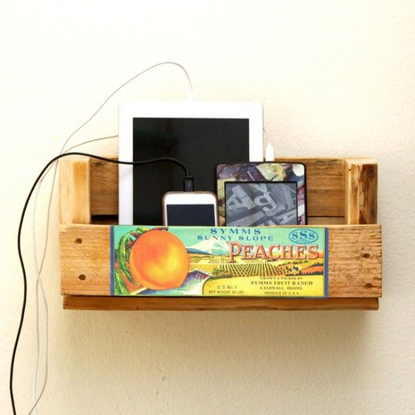 DIY charging station from a pallet! Plus free vintage crate label