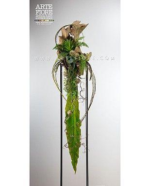 Composizione di fiori in tessuto con tronco in legno naturale e piante tropicali