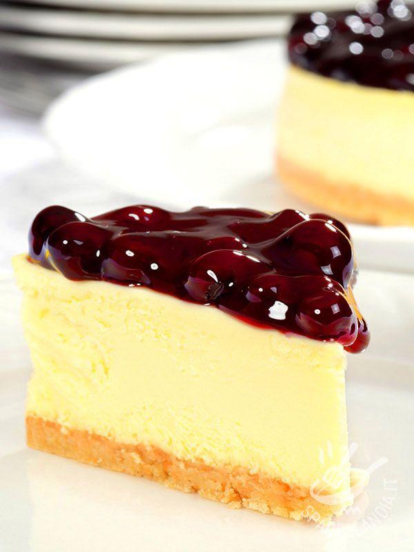 Il Cheesecake alla ricotta e mirtilli, fresco e goloso, si presta ottimamente per rallegrare un pomeriggio in famiglia o con gli amici.