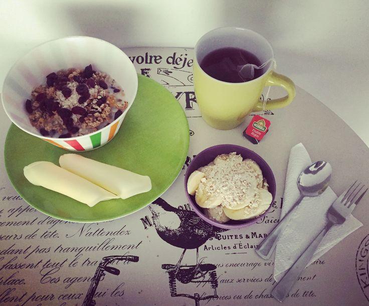 #healthybreakfast: porción de banano con #AvenaEnHojuelas de @quakercolombia y #Chía, granola de @kelloggsus con #Arándanos en leche de arroz, porción de 🧀 bajo en grasa de @alpinacol y te de #FrutosRojos de @tehindu con manzanilla