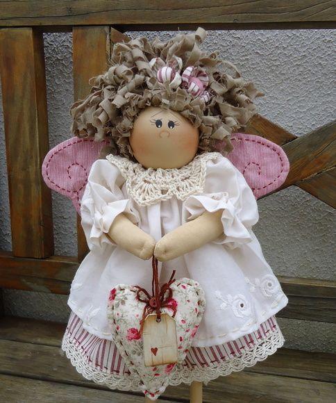 Boneca em madeira, pintada à mão, confeccionada artesanalmente. Roupa e cabelo em tecido 100 % algodão, nacional e/ou importado. Frete por conta do cliente.A roupa e cabelo podem seguir o gosto do cliente. R$ 139,00