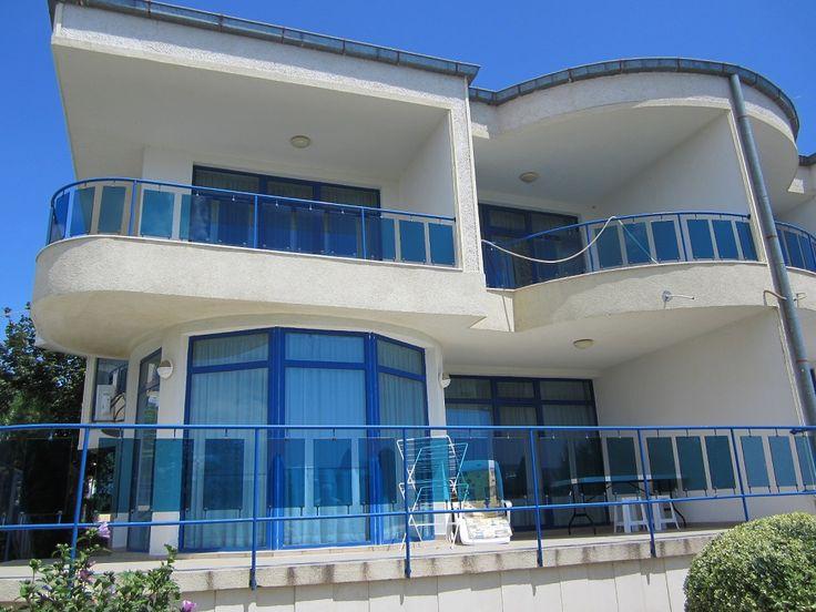 Продается двухэтажный дом  в Болгарии на первой линии моря Дом на курорте Святой Влас, прямо над  «Марина Диневи», крупнейшим яхтенным портом.  Дом площадью 262 м2. На 1 этаже дома: спальная и ванная комнаты,  просторная гостиная с кухонной зоной, просторная терраса с прекрасным видом видом на море. На 2 этаже дома:  три спальные( одна из которых 42 м2) и ванные комнаты, с каждой спальни есть выход на террасу.  Цена : 497000 € #недвижимостьвболгарии, #недвижимостьуморя, #квартирасвятойвлас