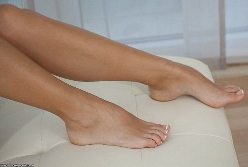 Comment prévenir les mycoses des ongles? Même si cela peut vous paraître évident, une bonne hygiène de pieds et des bonnes chaussures sont deux éléments clés pour éviter la prolifération des champignons. Nous devons également faire attention à ne pas garder les pieds humides pendant trop longtemps.
